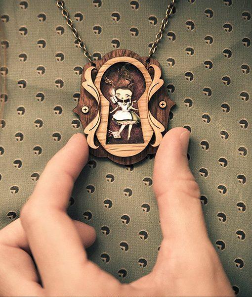 Collar de madera Cuento Alicia artesanía Granada